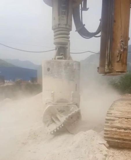 巫山县郑万高铁施工现场,旋挖钻机桩基施工视频